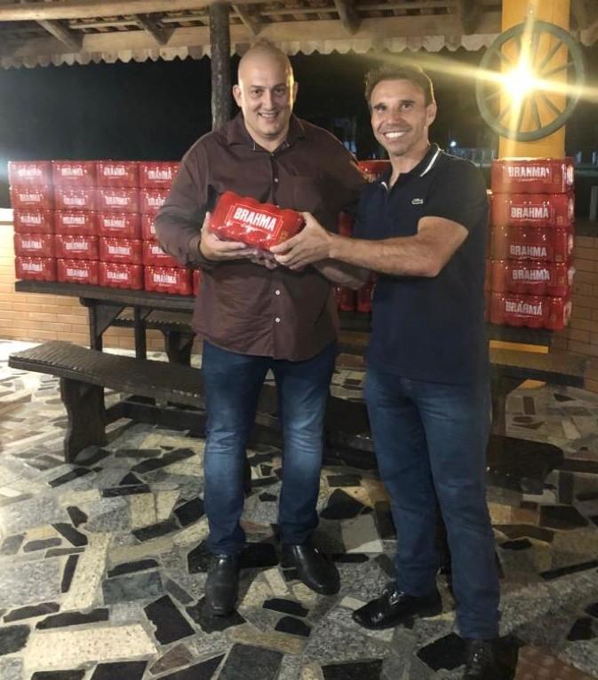 Diretor do hospital, Rodrigo Wagner de Assis, recebeu caixas de cervejas que foram arrecadadas em futebol solidário das mãos do diretor do grupo G Center, Marcos Rogério Griczinski